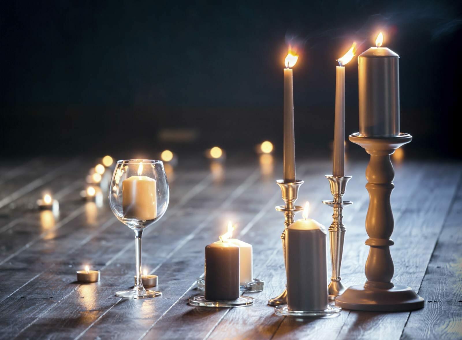 Chandeliers et bougies pour la décoration de table de restaurants