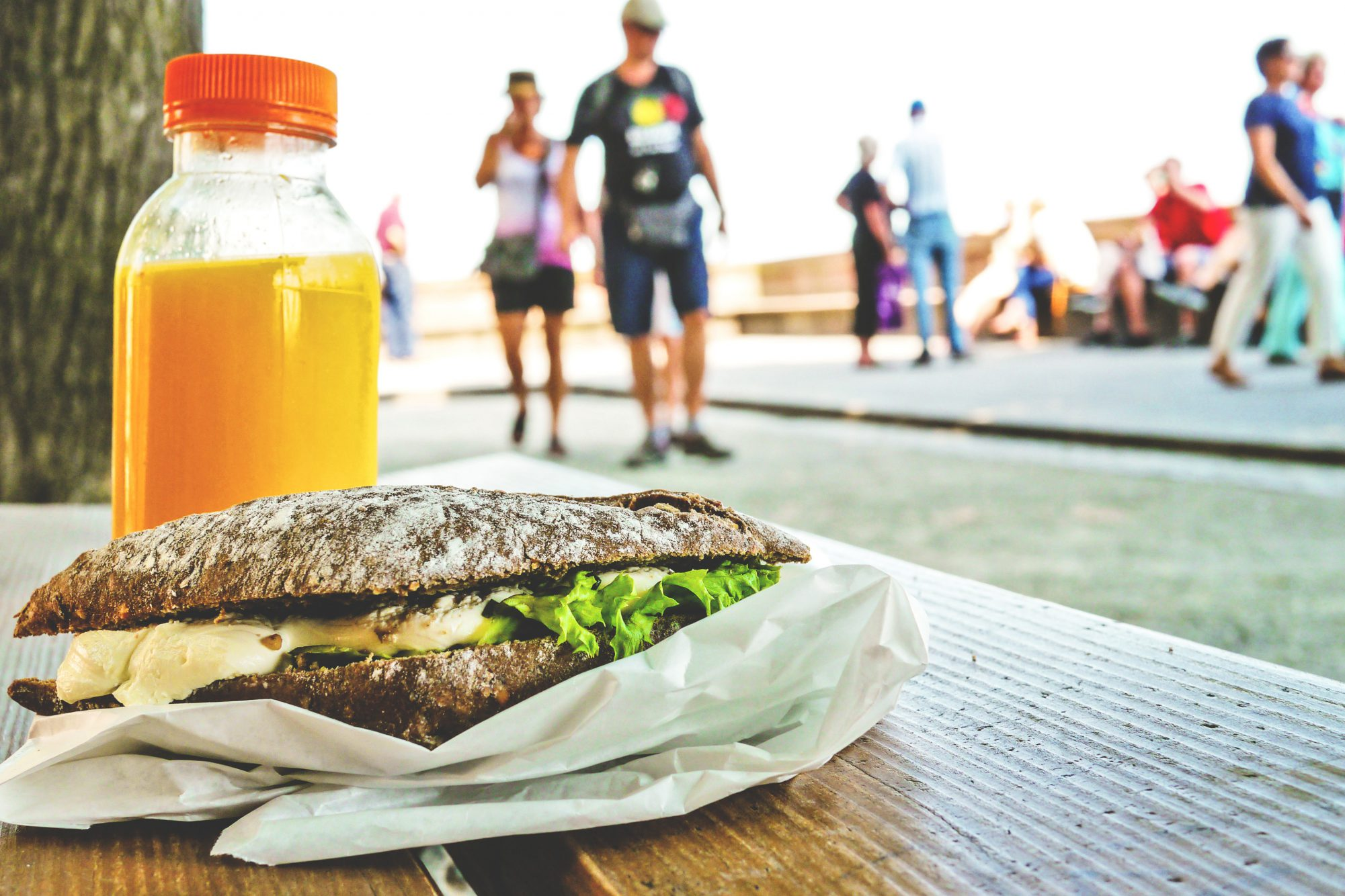 Emballage de sandwich avec bouteille de jus d'orange